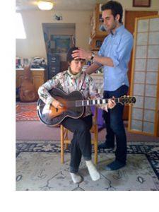 アレクサンダー・テクニーク 石井ゆりこ、ギタリスト Julian Lageのギターを借りて