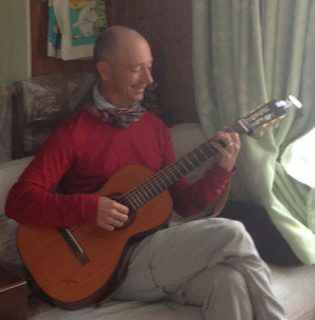 ギターを弾くマティアス・アードリック